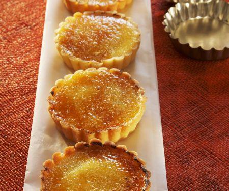 Kleine Limoncello-Tartes mit Karamellhaube