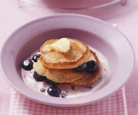 Kleine Müsli-Pfannkuchen mit Heidelbeeren