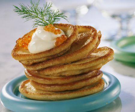 Kleine Pfannkuchen (Blinis) mit Kaviar