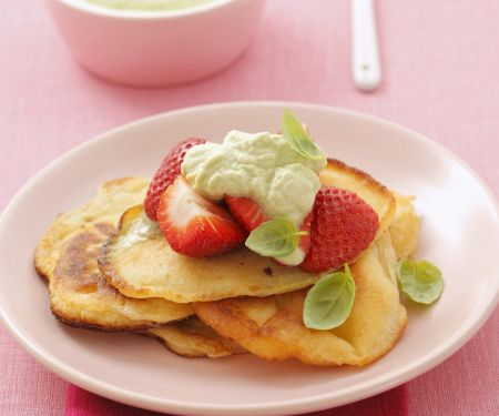 Kleine Pfannkuchen mit Basilikumcreme und Erdbeeren