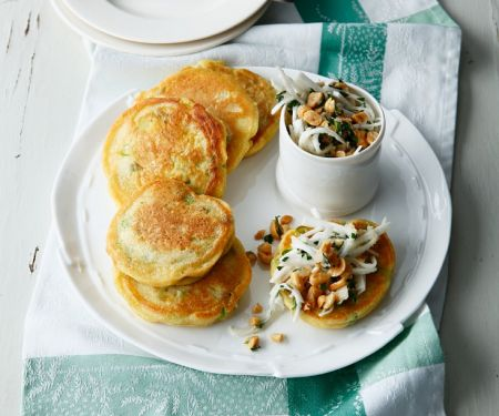 Kleine Pfannkuchen mit Frühlingszwiebeln und Salat aus gehobelten Rübchen (vegan)