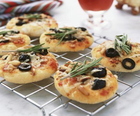 Kleine Pizzen mit Anchovis, Oliven und Rosmarin