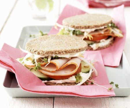 Kleine Sandwichs mit Pute und Gurke