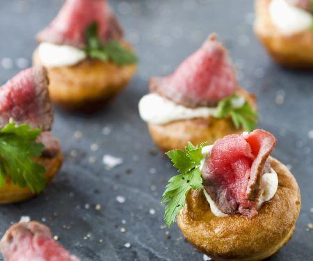 Kleine Yorkshire-Puddings mit Roastbeef und Meerrettichcreme