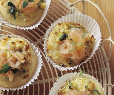 Kleine Zucchini-Lachs-Pizzen