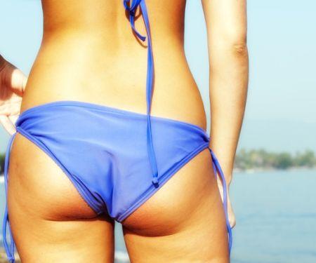 Knackiger Po in Bikinihöschen