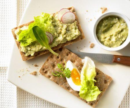 Knäckebrot mit Eier-Avocado-Aufstrich