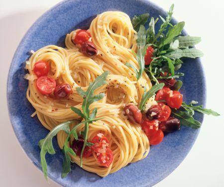 Knoblauch-Spaghetti mit Tomaten und Oliven