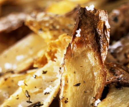 Knusprige Kartoffelhobeln mit Salz und Kräutern