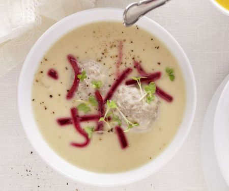 Königsberger Suppe mit Fleischklößen, Kapern und Roter Bete