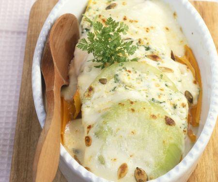 Kohlrabi-Karotten-Auflauf mit Käse und Kerbel überbacken
