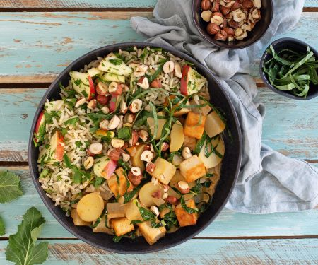 Kohlrabi-Tofu-Curry mit Kräuter-Apfel-Reis und Haselnüssen