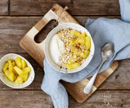 Kokos-Sojajoghurt mit Ananas und Sesam