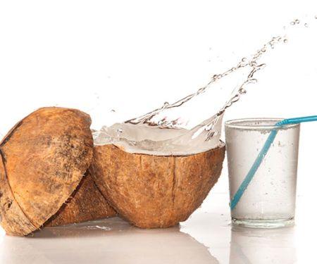 Kokoswasser schwappt aus einer Kokosnuss