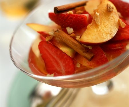 Kompott aus Nektarinen, Pfirsichen und Erdbeeren