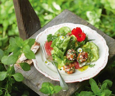 Kopfsalat mit Kräutern und Käsebällchen