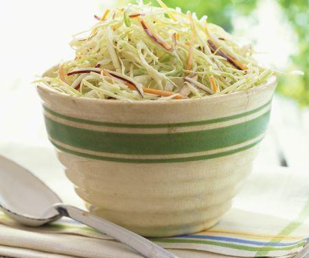 Krautsalat mit Möhre und Zwiebel