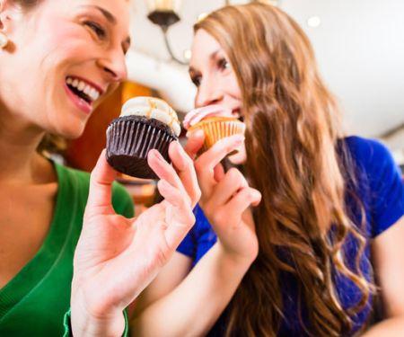 Zwei Frauen essen Muffins