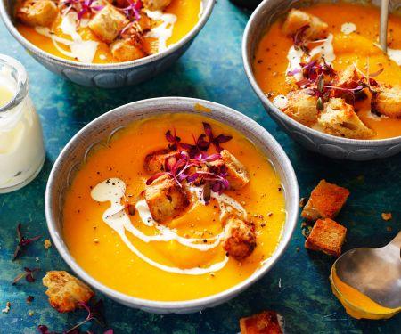 Kürbis-Süßkartoffel-Suppe mit Apfel und Croûtons