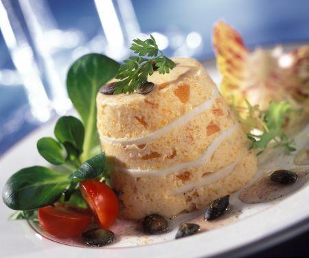Kürbisflan mit Kürbiskernen und Salat
