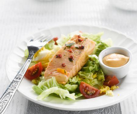 Lachs auf Rührei und Salatbett mit Cocktailsauce