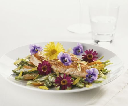 Lachs auf Spargel-Möhren-Gemüse
