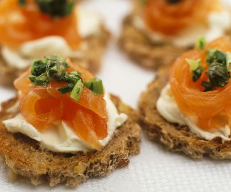 Lachs-Canapes mit Kapern