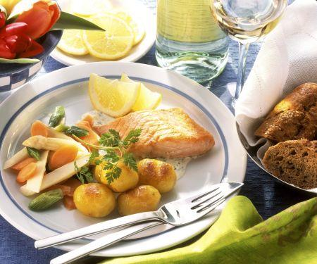 Lachs mit gebratenen Kartoffeln und Gemüse