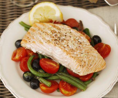 Lachsfilet und Tomaten-Oliven-Salat mit grünen Bohnen