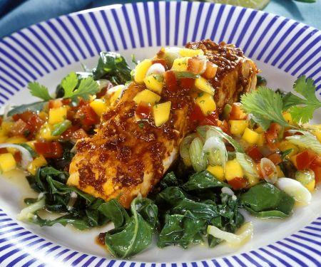 Lachsschnitte vom Grill mit Mangold und Mangosalsa