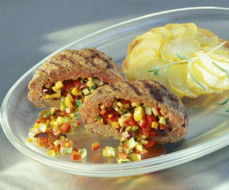 Lammbuletten mit Gemüsefüllung dazu Kartoffelgratin