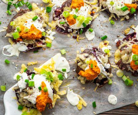 Lila Kartoffeln vom Blech mit Käse und rotem Pesto