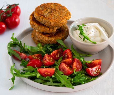 Linsenfrikadellen mit Salat und Quarkdip