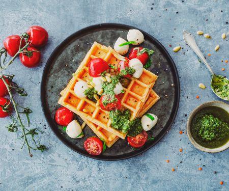 Linsenwaffeln mit Tomaten, Mozzarella und Bärlauch-Pesto