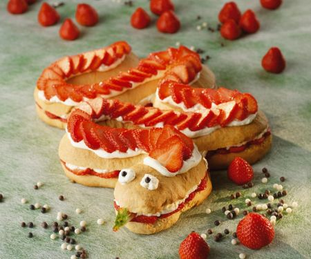 Lustiger Schlangenkuchen mit Erdbeeren
