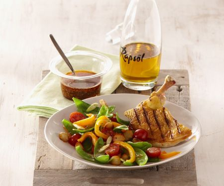 Maispoularde vom Grill in Gewürzöl und Gemüsesalat