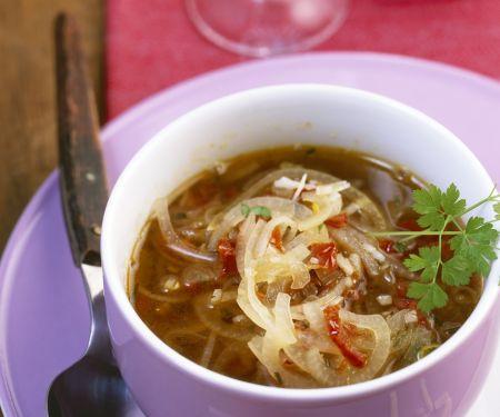 Mediterrane Zwiebelsuppe mit Kapern und getrockneten Tomaten