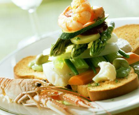 Meeresfrüchte, Fisch und Gemüse auf Zwieback