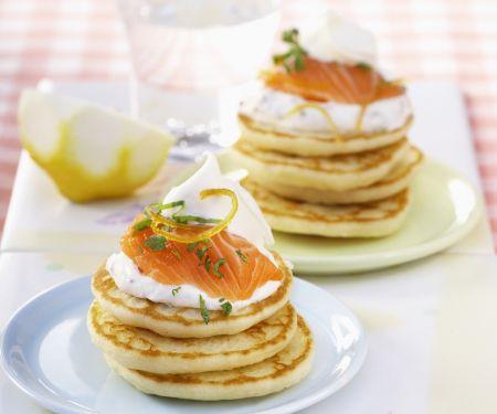 Mini Pfannkuchen mit Räucherlachs und Schmand (Blinis)
