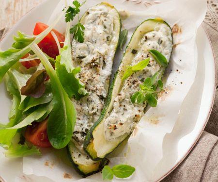 Mit Käse gefüllte Zucchini
