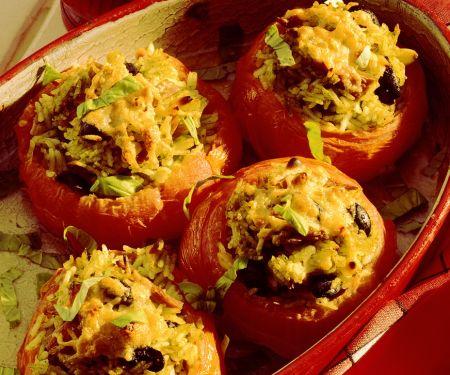 Mit Reis gefüllte gebackene Tomaten