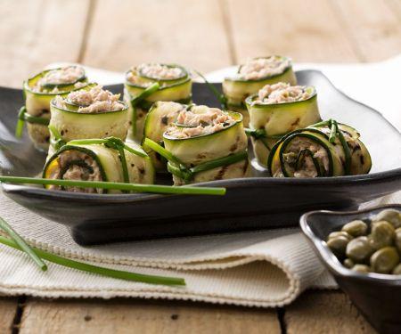 Mit Thunfisch gefüllte Zucchiniröllchen
