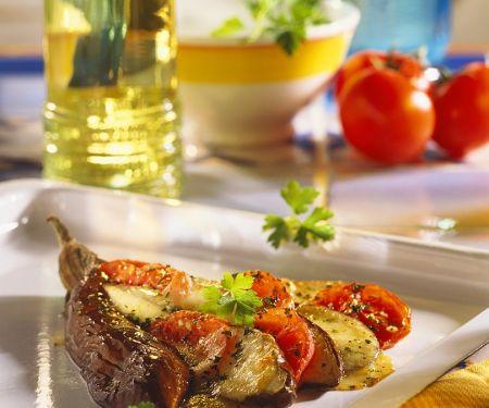 Mit Tomaten und Mozzarella gebackene Auberginen