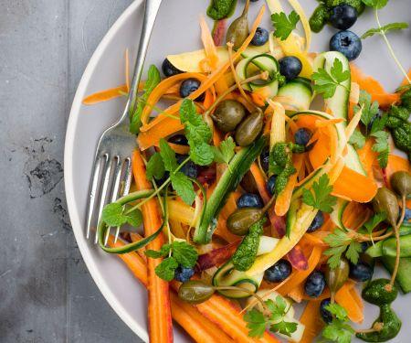 Möhren-Zucchini-Salat mit Blaubeeren