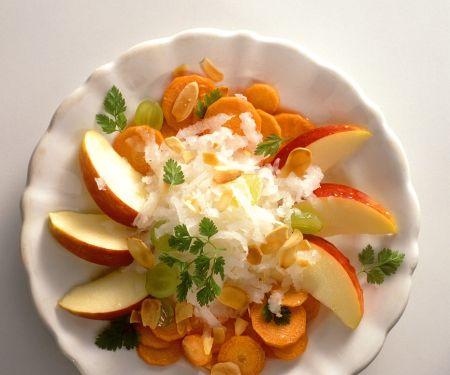 Möhrensalat mit Apfel, Rettich und Mandeln