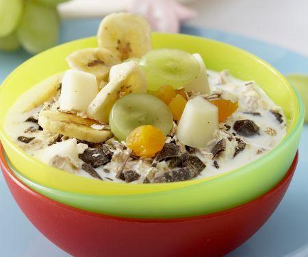 Müsli mit frischen Früchten und Milch
