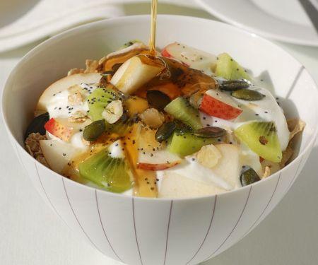 Müsli mit Joghurt und frischen Früchten