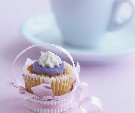 Muffin mit lila Zuckerhaube
