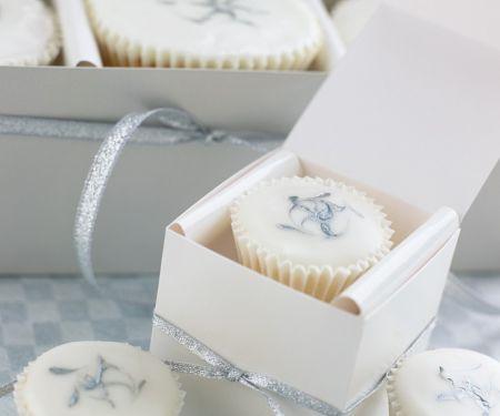 Muffins mit weißer Glasur