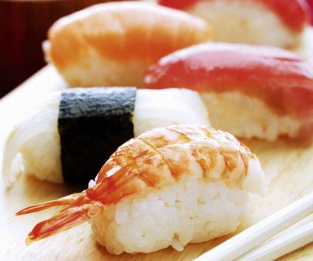 Nigiri-Sushi mit Fisch und mit Garnelen